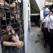 Hier werden Schüler durch das Gefängnis in der Hauptstadt San Salvador geführt, um sie davon abzuhalten, sich Gangs anzuschließen.