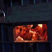 Berüchtigt sind die Gefängnisse in Lateinamerika (hier Gangmitglieder in einer Isolierzelle in Guatemala).