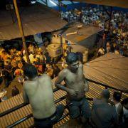 ... brach im Gefängnis von Comayagua ein Feuer aus, bei dem fast 300 Häftlinge starben. Die Haftanstalt ist vierfach überbelegt, die Haft- und Sicherheitsbedingungen entsprechend katastrophal.