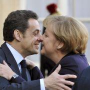 Bisou, bisou: Merkel und Sarkozy beim Begrüßungs-Busserl in Paris.