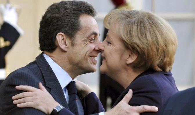 Bisou, bisou: Merkel und Sarkozy beim Begrüßungs-Busserl in Paris. (Foto)