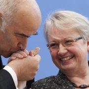 Handkuss: Bei dieser Geste des Respekts und der Ergebenheit verbeugt sich der Herr vor der Dame und deutet auf ihrer Hand eine Berührung seiner Lippen an.