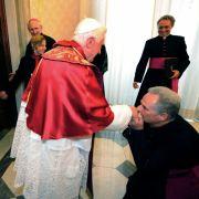 Bischofskuss: In der orthodoxen und der katholischen Kirche ist der Handkuss auch bei Geistlichen vom Bischof aufwärts gebräuchlich.