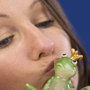 Märchenkuss: Auch die Gebrüder Grimm konnten nicht auf den märchenhaften Lippenkontakt verzichten.