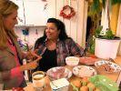 Alexa Iwan (li.) erarbeitet mit Sandra eine Ernährungsumstellung. (Foto)