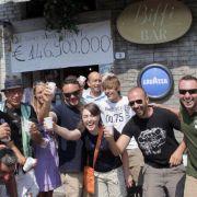 Hier war die Stimmung noch bombig an der Biffi Bar in Bagnone, wo 2009 das Gewinner-Los für den 146.900.000-Euro-Jackpot verkauft wurde.