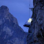 Definitiv nur etwas für ganz Hartgesottene: Eine Nacht am Fels kostet 890 Euro inklusive Abendessen und Frühstück.