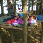 Der Waldseilgarten hat noch mehr im Angebot. Etwa die Nacht auf dem Kletterpodest. In sieben Metern Höhe wird hier im Schlafsack genächtigt – für 125 Euro inklusive Abendessen und Frühstück. Das wird direkt in luftiger Höhe eingenommen.