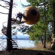 Ups, was hängt denn da? Nein, in Kanada sind keine Außerirdischen gelandet. Die Free Spirit Spheres – Eryn, Eve und Melody – sind kleine Ferienwohnungen der besonderen Art. An Seilen hängen sie zwischen Bäumen, inmitten der kanadischen Natur.