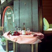 Rustikal wird es im Hotel Lindenwirt. Dort können Weinliebhaber in ehemaligen Fässern des edlen Rebensaftes schlafen, in denen sich zwei Betten und ein Badezimmer befinden. Das Doppelzimmer kostet pro Person zwischen 34 und 39 Euro pro Nacht.