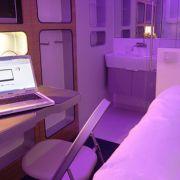 Ein Bett, ein Bad, Ein Fernseher und Free Wifi. Es ist alles da, nur eben in komprimierter Form.
