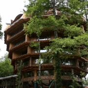 Ebenfalls auf dem Areal: Das Baobab Hotel  Spa in Form eines riesigen Affenbrotbaums. Die Nacht kostet hier für zwei Personen umgerechnet zwischen 230 und 305 Euro. In der Magic Mountain Lodge sind es zwischen 200 und 250 Euro.