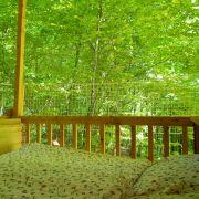 Dann lässt sich das Bett im Baumhaus «Freiraum» sogar nach draußen schieben.