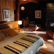 Auch von innen können sich die Unterkünfte sehen lassen. Edle Holzmöbel, warmes Licht und ...