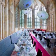 Allein das Restaurant ist eine Augenweide. Hohe Decken mit wundervollen Verzierungen und Malereien verlocken, den Blick immer wieder vom Teller abzuwenden.