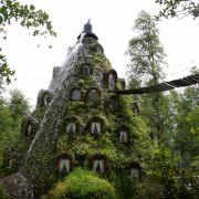 Schon mal in einem Vulkan geschlafen? In Chile ist das möglich. Die Magic Mountain Lodge 860 Kilometer südlich von Santiago spuckt regelmäßig Wasser aus ihrem Schopf. Eine natürliche Klimaanlage.