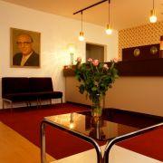 Noch einmal die DDR erleben? Im Ostel Hostel in Berlin ist das möglich. Hier gibt es noch Originale aus den 1960er und 1970er Jahren, von der Schrankwand «Karat» bis zum Multifunktionstisch.