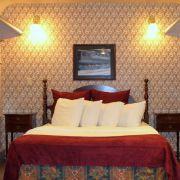 Geschlafen wird - natürlich - in ehemaligen Bahnwaggons, liebevoll im Stil des frühen 19. Jahrhunderts eingerichtet. Die Nacht kostet hier ab 150 Euro. Auch ein Hotel gehört zum Komplex. Dort gibt es Zimmer ab 120 Euro.