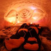 Hier heißt es: dick anziehen oder eng zusammenrücken! Die Nacht kostet in der IgluLodge ab 114 Euro. Für alle Verliebten gibt es die Iglu-Romantik ab 174 Euro und eine Suite kostet zwischen 249 und 299 Euro pro Person und Nacht.