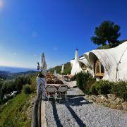 Urlaub im Schneckenhaus, lautet das Motto in der Los Caracoles Lodge an der spanischen Costa del Sol. Auf der einen Seite erwartet die Gäste ein wundervoller Blick aufs Mittelmeer, auf der anderen Seite erstrecken sich die herrlichen Berge Spaniens.