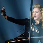 Madonna gibt sich meist frech und unbekümmert - besonders auf der Bühne. Während sie in Berlin während ihrer MDNA-Tour entspannt den Mittelfinger zeigt
