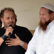 Der fundamentalistische Islamprediger Pierre Vogel (rechts) und der Schauspieler Willi Herren sprechen in Köln bei der Kundgebung