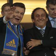 Wie es der Zufall will hatte Platini (hier während der EM mit dem ukrainischen Präsidenten Janukowitsch) nur einige Wochen zuvor selbst eine Wahl gewonnen.