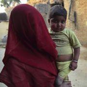 Ähnlich ist es in Indien. Für viele Eltern sind Mädchen ein Fluch, weil sie bei der Hochzeit eine teure Mitgift benötigen.