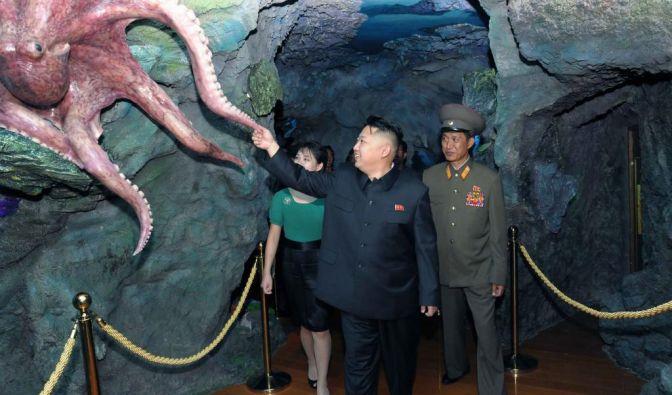 Berührungsängste scheinen dem Diktator fremd zu sein.