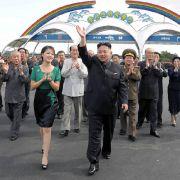Bilder aus einer anderen Welt: Der oberste Führer vorneweg, seine Entourage applaudiert.