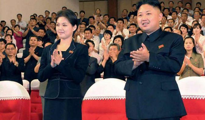 Kim Jong Un spenden nach einem Konzert Anfang Juli 2012 Applaus. Aus dieser Zeit datieren auch die ersten offiziellen Aufnahmen des Diktators und der Frau an seiner Seite.