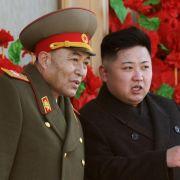 Doch der Machthaber kann auch knallhart sein: Kim Jong Un im Gespräch mit dem mittlerweile geschassten Armeechef Ri Yong Ho.