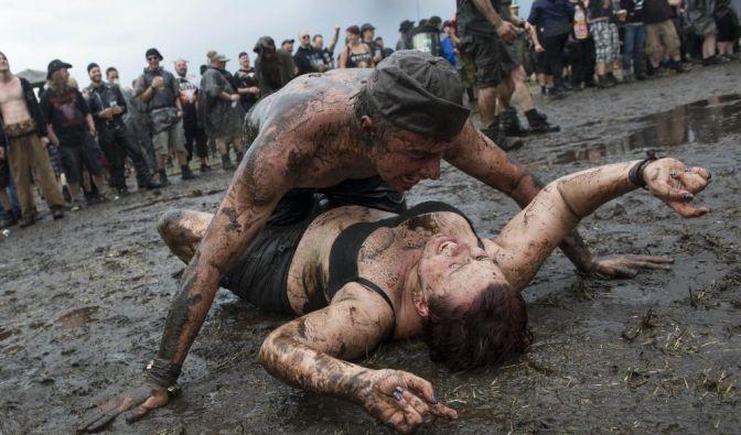 Ganz Wacken eine Schlammwüste. Echte Heavy-Metal-Fans kann das aber nicht schocken. 75.000 feiern im Norden Deutschlands wieder das größte Metal-Festival der Welt. (Foto)