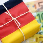 Deutschland ist mit zwei Billionen Euro verschuldet - aber bei wem eigentlich?