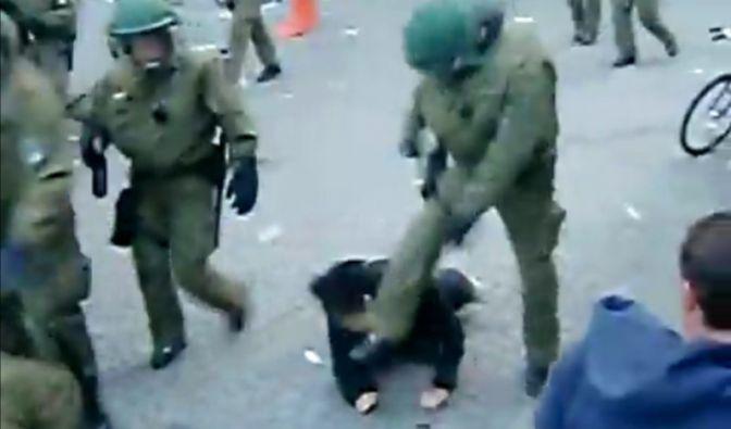 Bei den Mai-Demonstrationen in Berlin, die traditionell in Randale enden, sorgte 2010 dieses Bild für Aufsehen. Ein Polizist tritt einem auf dem Boden liegenden Demonstranten auf den Kopf.