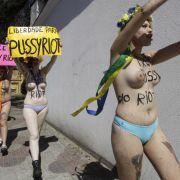 Sympathie mit der russischen Punkband «Pussy Riot» zeigen die Demonstrantinnen von Femen, die mit blankem Busen auf Missstände aufmerksam machen.