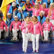 Daniela Schulte trug mit Begleitung die deutsche Fahne ins Londoner Olympiastadion.