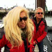 Robert und Carmen bereiten sich auf eine Fischkutterfahrt vor