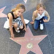 Shania und Davina auf dem Walk of Fame vor dem Michael Jackson Stern