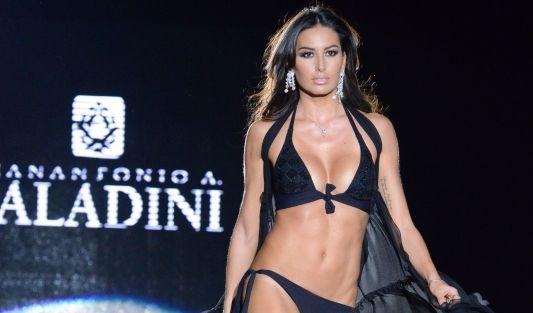 Elisabetta Gregoraci als Model bei der Show von Paladini bei der Mailänder Modewoche. (Foto)
