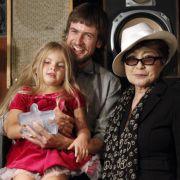 Yoko Ono positionierte sich an der Seite der Punk-Protestlerinnen. Hier ist sie mit Mann und Tochter von Nadia Tolokonnikova zu sehen.