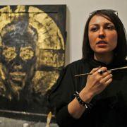 Das ist die russische Künstlerin Yevgenia Maltseva, die am 20. September in ihrer Moskauer Kunstgallerie eine von Pussy Riot inspirierte Ausstellung eröffnete.
