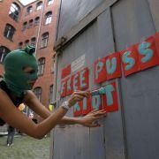 An einem ehemaligen Frauengefängnis in Berlin vollführte im September die russische Künstlerin Margo Trushina eine Solidaritäts-Performance.