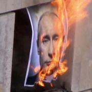 Pussy Riot und Putin, größer könnten Gegensätze in Russland derzeit nicht sein. In einem Video der Band, in dem sie sich auch bei Madonna für ihre Unterstützung bedanken, brennt ein Porträt des Präsidenten.