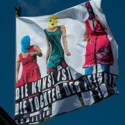 Auch das Berliner Ensemble positioniert sich. Nach der Verurteilung der drei Bandmitglieder im August hisste man auf dem Dach die Fahne mit dem Schiller-Satz «Die Kunst ist die Tochter der Freiheit»