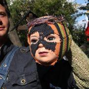 Ein Demonstrant in Moskau hat seine Handpuppe als Punk-Protestlerin verkleidet.
