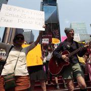 Auch New Yorker fühlen sich Pussy Riot verbunden und versammeln sich am Tag des Urteils auf dem Times Square.