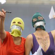 Diese polnischen Frauen lassen in Warschau Papierflieger für die Freiheit der drei Punkerinnen fliegen.