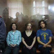 Am 17. August wurden die drei wegen Rowdytums und religiösem Hass schuldig gesprochen und zu je zwei Jahren Straflager verurteilt.