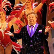 Dirk Bach sorgt als Heinz Wäscher in dem Musical Kein Pardon für Lacher.